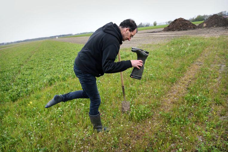 Joost van Strien, op zijn veganistische boerderij Zonnegoed in Ens.  Beeld Marcel van den Bergh / de Volkskrant
