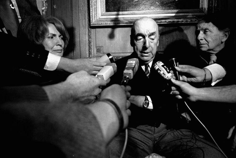 Pablo Neruda becommentarieert in Parijs, waar hij op dat moment Chileens ambassadeur is, de toekenning van de Nobelprijs voor de literatuur in 1971. Beeld ap