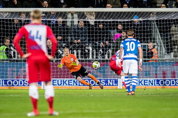 De Graafschap-doelman Filip Bednarek stopt de strafschop van Karim Loukili.