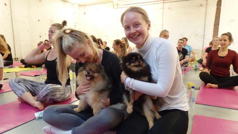 Weer Hansson en projectmanager Yulia Lyapina. Expats and puppy's in De Pijp Beeld Hans van der Beek