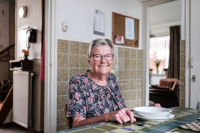 JV 26092021 BRaamt NL / Mia woont al 65 jaar in hetzelde huis, en met de bakelieten telefoon 3 cijferig uit 1962 / foto : Jan Ruland van den Brink