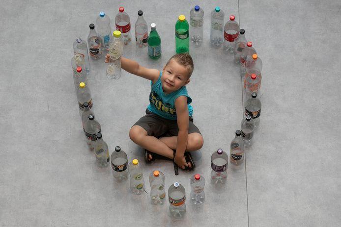 Daan Kluijtmans zamelt flessen in voor de zieke moeder van zijn buurmeisje.