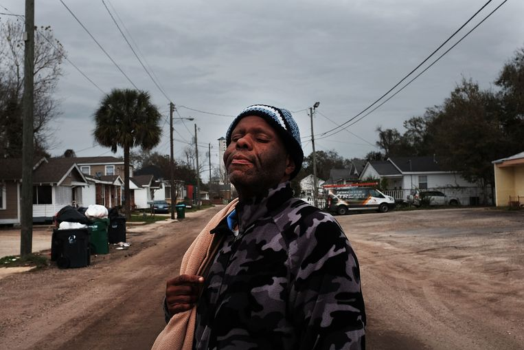 Een dakloze man in Biloxi, Mississippi. Auteur Jesmyn Ward vraagt zich in haar roman af  hoe het kan dat het verleden van racisme en economische ongelijkheid en gebrek aan publieke en persoonlijke verantwoordelijkheid in Amerika's armste staat is gaan etteren en verzuren en circuleren. Beeld Getty Images