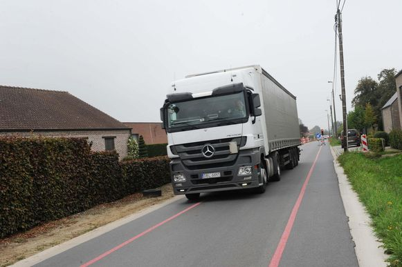 Het centrum van Kapelle-op-den-Bos kreunt dikijls onder het zware vrachtverkeer.