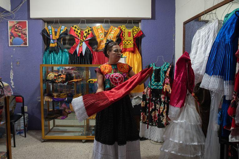 Felina Santiago in haar eigen schoonheidssalon in Juchitán. Beeld ARIANA DREHSLER