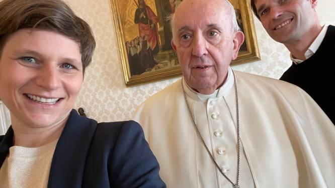 """Vlaamse kerkjournalisten mogen handjes schudden en selfies nemen met de paus: """"Hij vroeg zelfs om onze maskers af te zetten"""""""