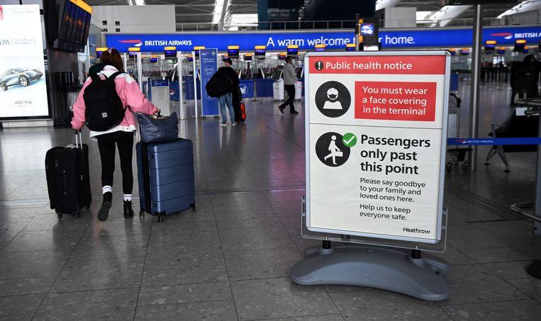 Vliegtuigpassagiers arriveren op luchthaven Heathrow in Londen. Beeld EPA