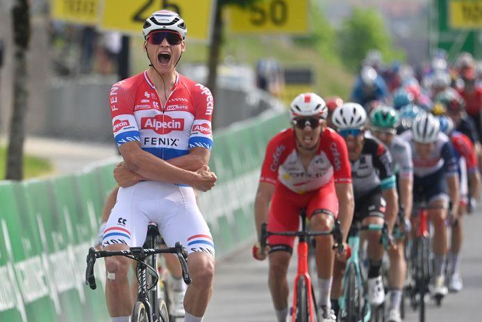 Mathieu van der Poel wint de sprint met overmacht.