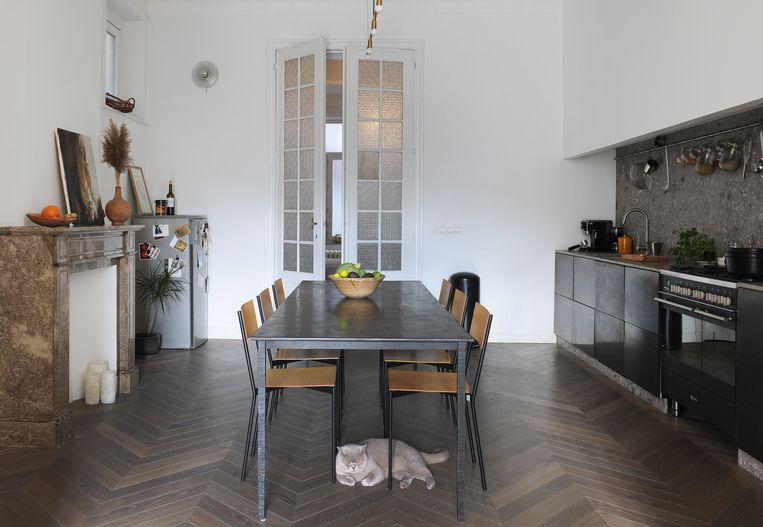 De basis van de keuken zijn kasten van Ikea, met daarop een werkblad in Italiaanse natuursteen. De frontpanelen werden gemaakt door Superfront, een Deense firma.