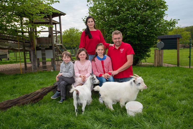 HIlde De Sutter en Pieter met dochters Helena en Sophia en neefje Emile op de kinderboerderij.