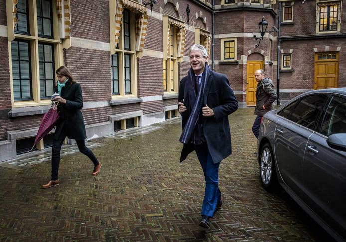 Minister Arie Slob draagt vandaag een paarse stropdas.