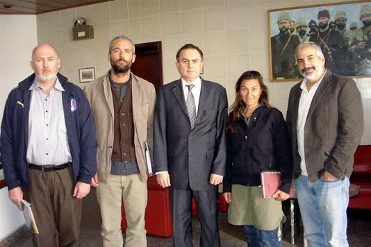 Linsey Addario met haar drie ontvoerde collega's. In het midden staat een ambassadeur.