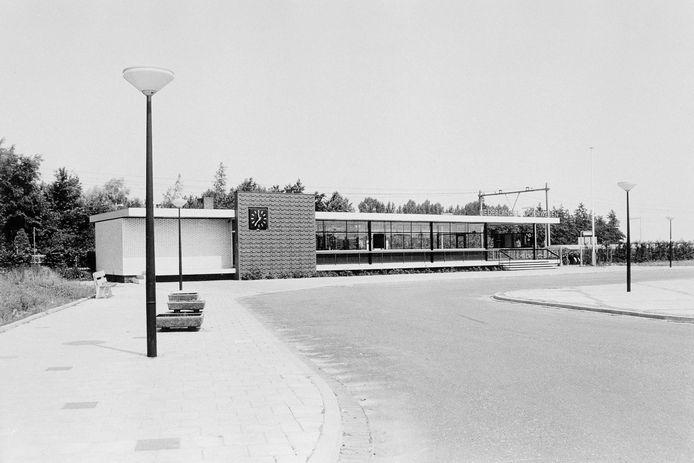 Hypermodern voor die tijd (1965), sober en functioneel, naar een ontwerp van de bouwmeester van de Nederlandse Spoorwegen, ingenieur Cees Douma.