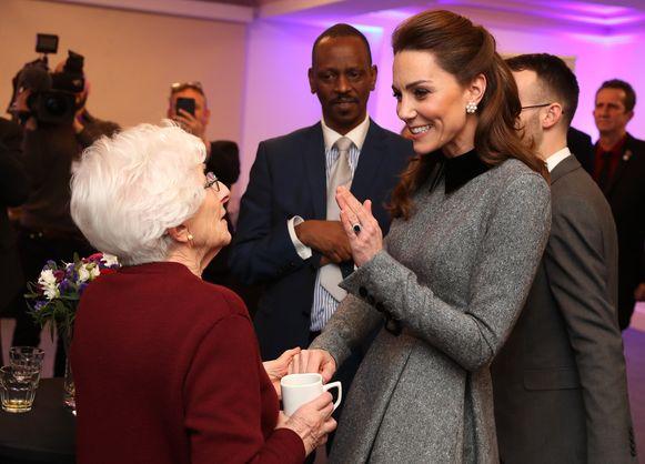 Kate maakt een praatje met Holocaust-overlever Yvonne Bernstein.