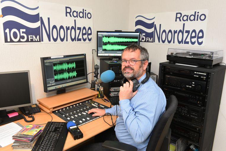 Edwin Fontaine van Radio Noordzee in de studio.