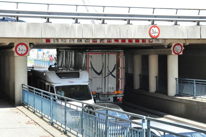 Weer een vrachtwagen vast onder viaduct aan de Hertog Janstraat in Waalwijk