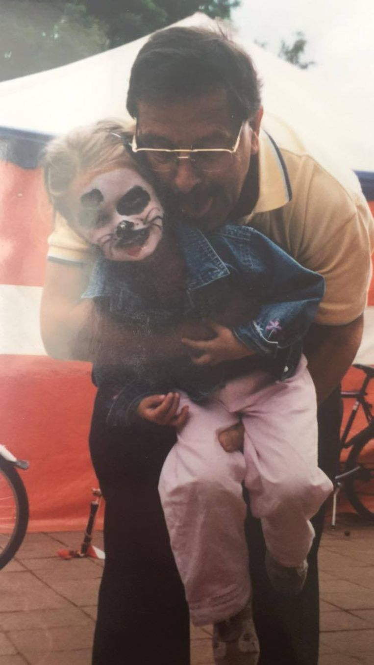 Saar en haar opa op een foto van vroeger.