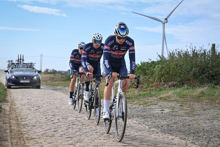 Renners van Alpecin-Fenix verkennen het parcours van zondag (vlnr): Tim Merlier, Mathieu van der Poel en Senne Leysen. Beeld BELGA