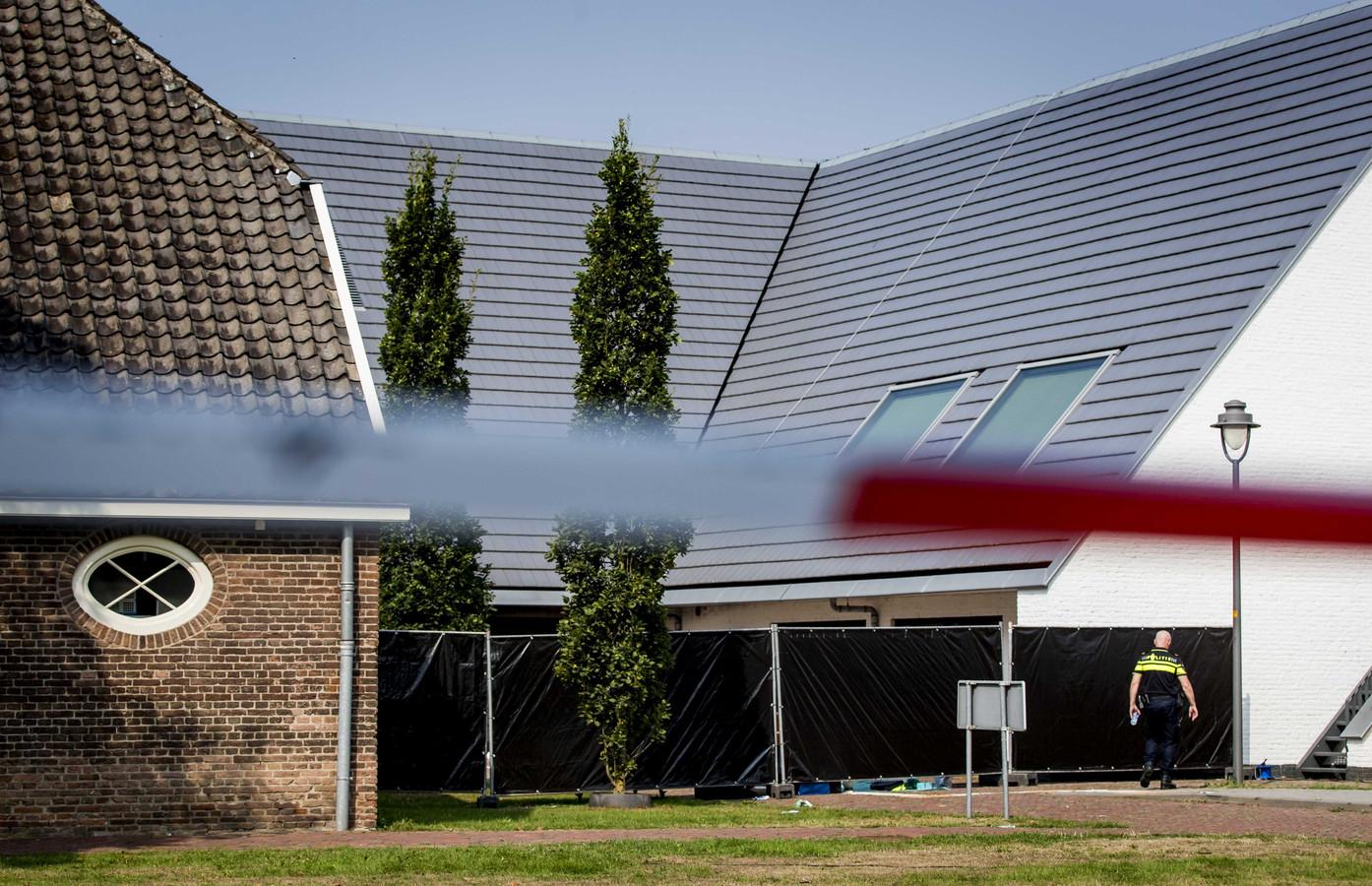 Schermen onttrekken de verwoeste pui van het gemeentehuis in Bemmel aan het zicht.
