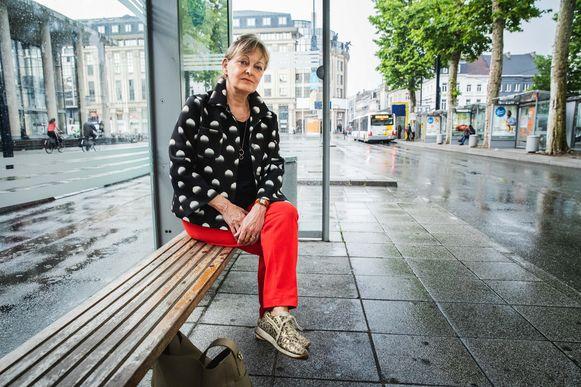 Mieke Bouve aan de bushalte aan de Zuid