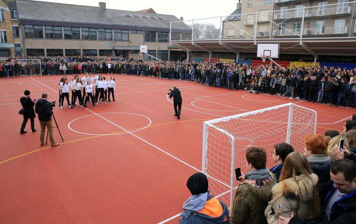 Het Heilig Hartcollege heeft een nieuwe speelplaats met onder meer een atletiekpiste, een basket- en voetbalveld.