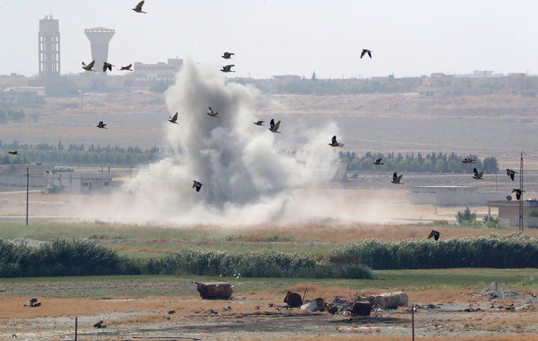 Rook stijgt op vanuit Syrisch grondgebied tijdens een bombardement door Turkse troepen. Beeld EPA