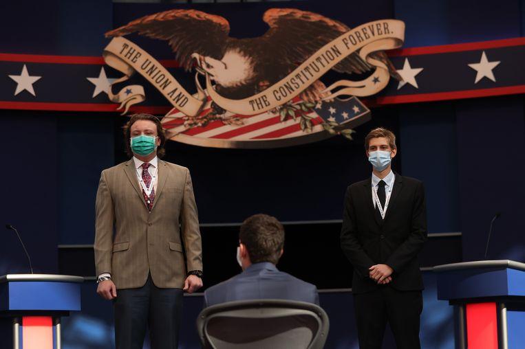 Twee studenten doen dienst als stand-ins voor Trump en Biden bij de voorbereiding van het eerste presidentiële debat. Dat gaat door in Cleveland, Ohio. Beeld Getty Images