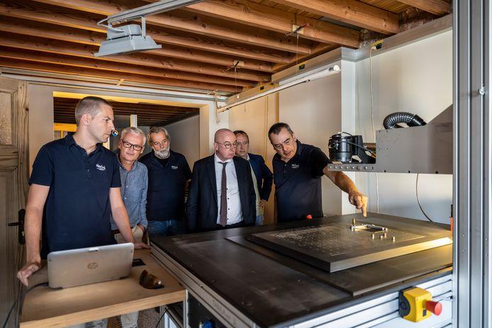 Bedrijfsleider Marc Van Biesen (rechts) geeft uitleg over de snelheid waarmee het lasersysteem werkt.