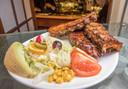 Op het menu staat zowel vlees als vis, zoals spareribs.