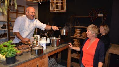 Piet Huysentruyt geeft kookdemonstratie aan klanten Prananatha