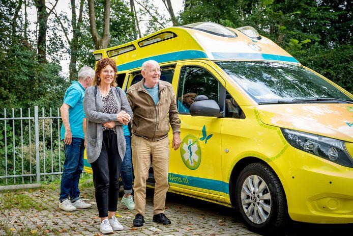 Drutenaar Eef van de Geijn wordt door zijn dochter Rian uit de ambulance geholpen. Zijn laatste wens: een ritje in de ambulance waar hij zelf 33 jaar op reed.