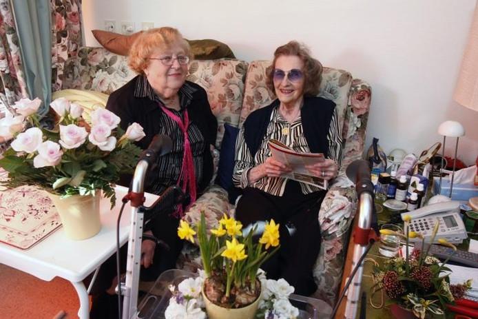 Aase Rasmussen (rechts) krijgt na het interview met haar in deze krant weer volop bezoek. Naast haar buurtbewoonster Nelly Plooij. foto Cord Otting