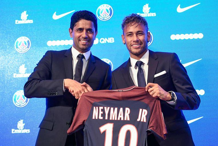 Voorzitter Nasser Al-Khelaïfi verwelkomt superster Neymar in de zomer van 2017. Beeld AFP