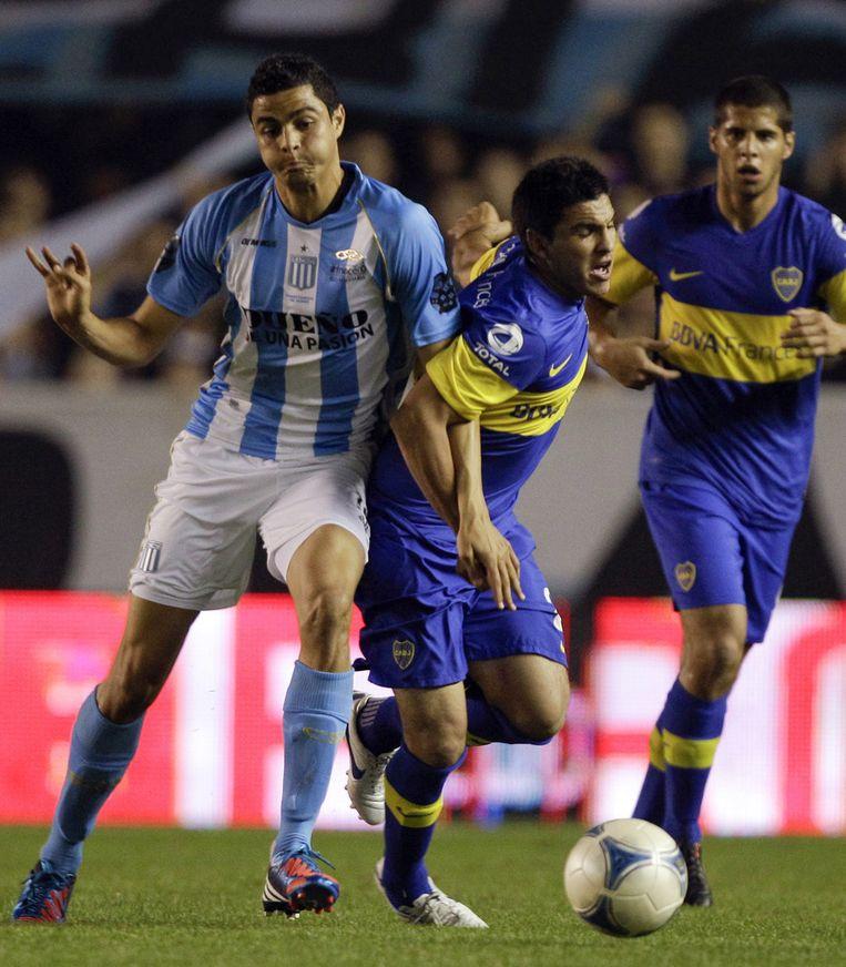 Racing-middenvelder Giovanni Moreno (links), een van de bedreigde spelers, wordt afgetroefd door Cristian Chavez van Boca Juniors. Beeld ap