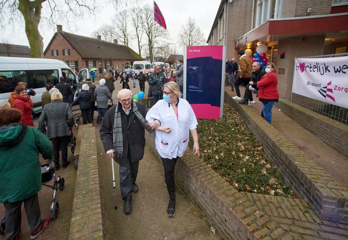 Bewoners van verzorgingstehuis De Heegt te Geffen keren terug na renovatie van het pand.