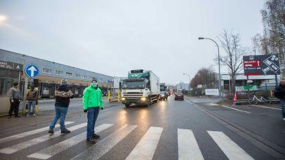 IN BEELD: Actievoerders hinderen verkeer door heen en weer over het zebrapad te hollen bij Delhaize