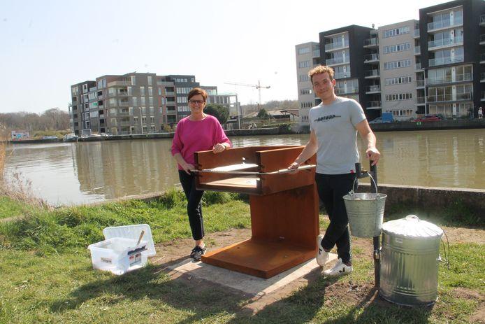 Schepen van Openbare Ruimte met haar collega Lothar Feys aan een van de nieuwe publieke barbecues op Wandel op de Mandel, nabij de Dam in Emelgem.