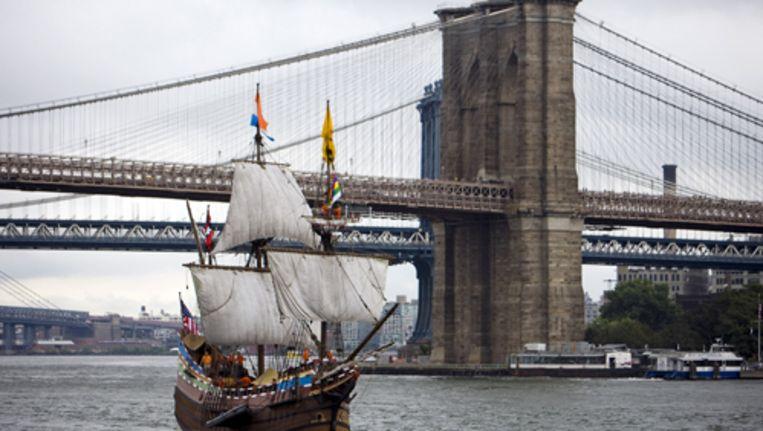 De Halve Maen met op de achtergrond de New Yorkse Brooklyn Bridge. De Halve Maen is het enige bestaande replica van het schip waarmee Henry Hudson in dienst van de VOC in 1609 de Hudson rivier opvoer. Foto ANP Beeld