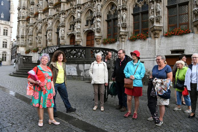 Lucie Mertens -lookalike van queen Elizabeth II- is 50 jaar stadsgids in Leuven en zou dat vieren met een groot feest. Dat feest is al voor de zesde keer uitgesteld door corona, maar sinds kort kan Lucie wel weer gidsen in Leuven.