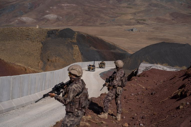 Turkse soldaten patrouilleren bij een muur die is aangebracht bij de grens met Iran. Beeld Hollandse Hoogte