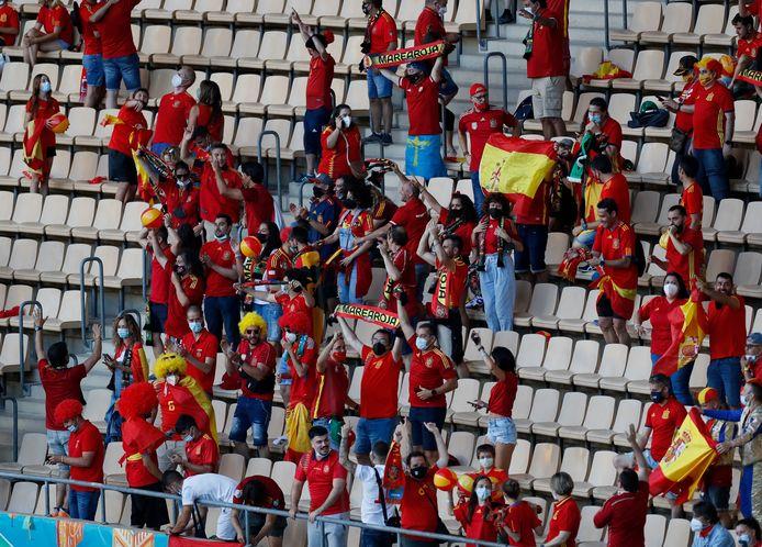 Spaanse fans houden de moed erin in het Estadio de la Cartuja waar het niet echt sfeervol is.