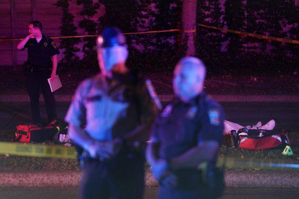 Het afgedekte lichaam van Brian Quinones (30) net na de schietpartij.
