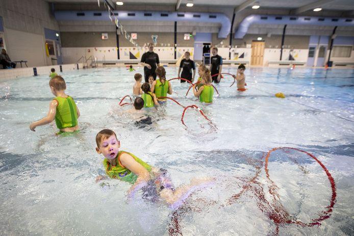 In het zwembad zijn de lessen voor kinderen weer hervat.