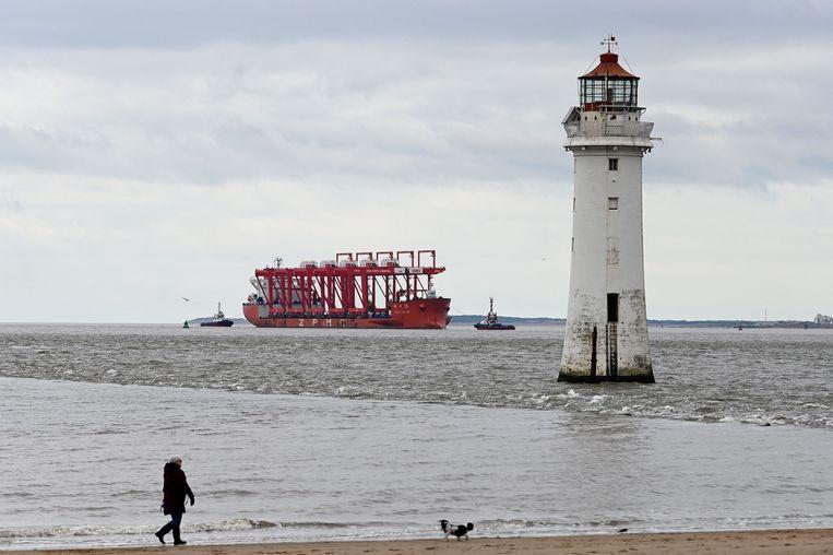 Het Chinese zware-ladingschip Zhen Hua 36 passeert de vuurtoren van New Brighton bij Perch Rock. Beeld AFP