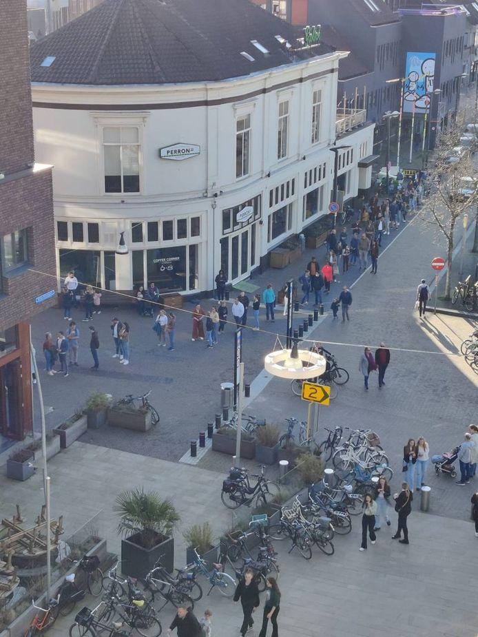 Zondagmiddag rond de klok van vier: een tientallen meters lange rij voor de ijssalon van Van der Poel in Enschede