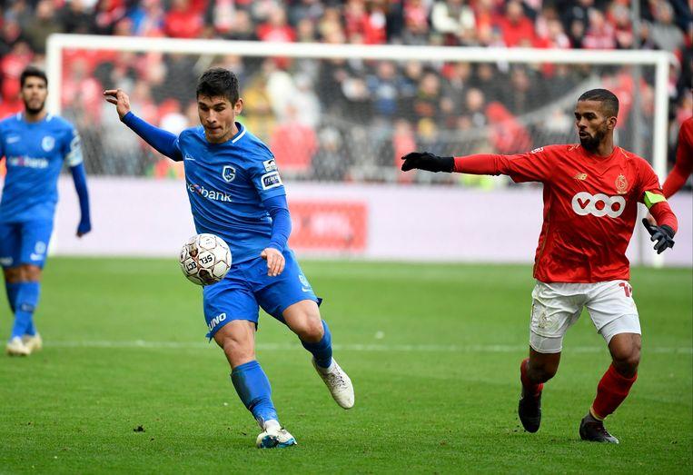 Ruslan Malinovskyi (l) probeert Mehdi Carcela van de bal te houden.