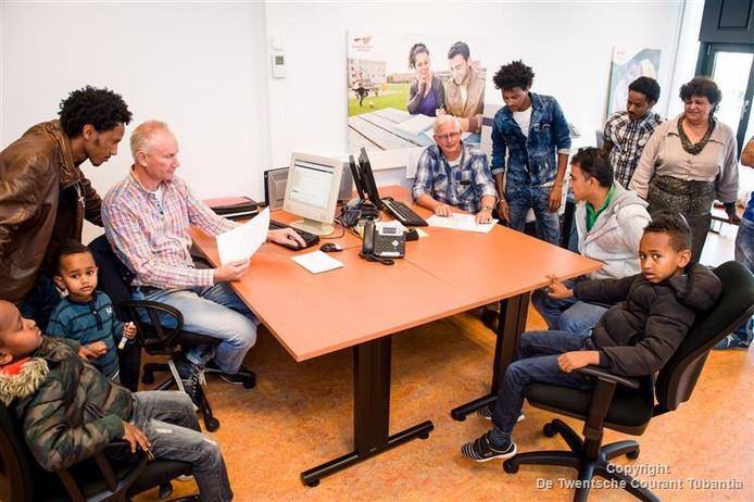 Statushouders uit Twenterand op het nieuwe onderkomen van Vluchtelingenwerk Twenterand in Het Punt in Vroomshoop.
