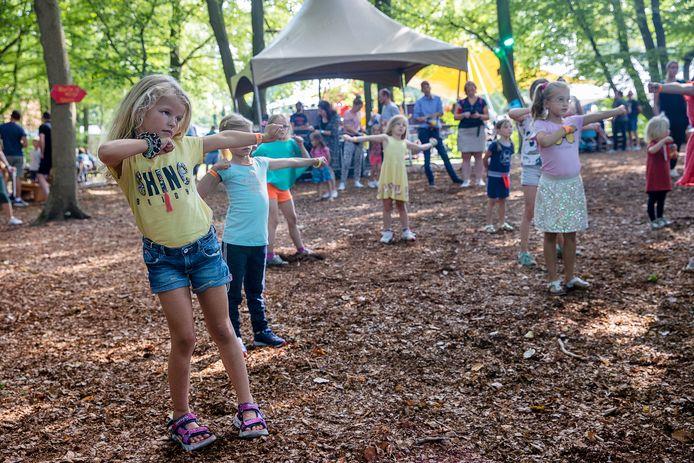 Kinderen volgen een dansworkshop van dansvereniging Let's Dance op het Play Festival.