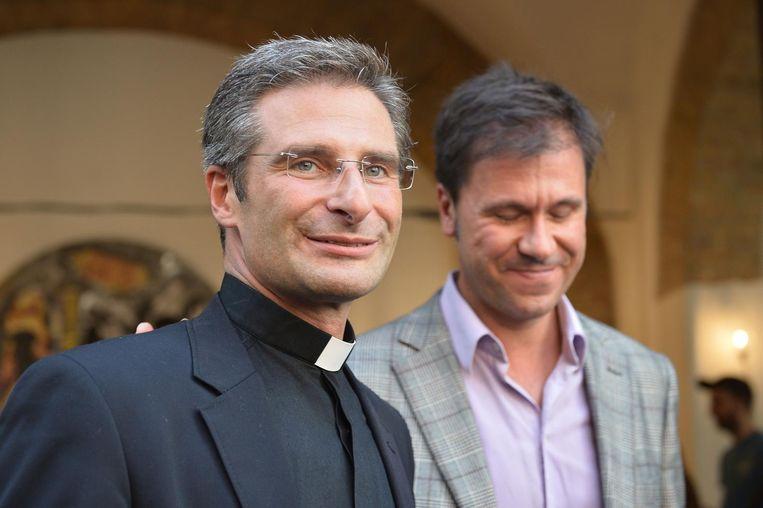 Krysztof Charamsa (1) en zijn partner Edouard na het bekendmaken van zijn homoseksualiteit. Beeld anp