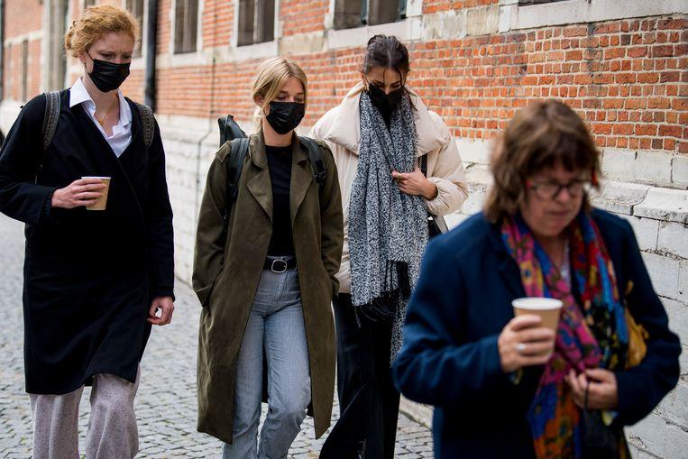 Helena De Craemer, Ella-June Hendrard en Lize Feryn komen aan bij de rechtbank. Beeld BELGA